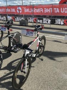 Fiets op de aangewezen plek tijdens een triatlon